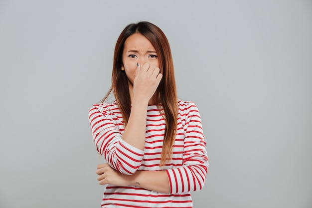 울고 화가 실망 된 아시아 여자의 초상화