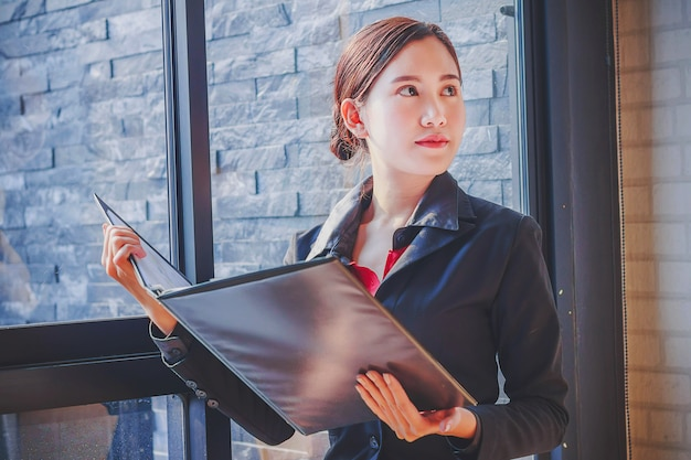 Портрет привлекательная женщина бизнес в офисе