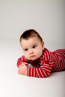 Портрет ребенка на белой стене