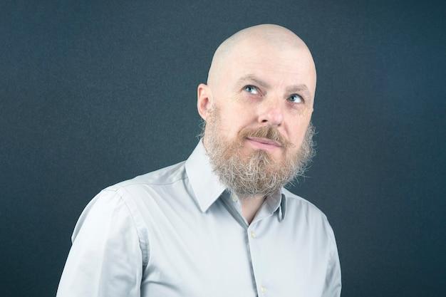 대머리와 수염 된 행복 한 남자의 초상화