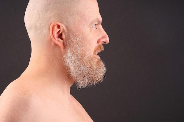 프로필에 수염과 대머리 남자의 초상화