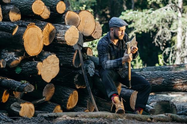 斧を手で押しひげを生やした残忍な木こりの肖像画