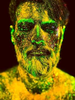 ひげを生やした男の肖像画。男は紫外線パウダーで描かれています。