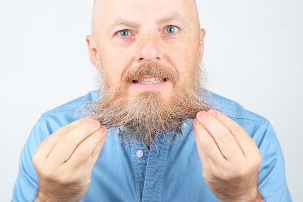 明るい背景にひげを生やした男の肖像画