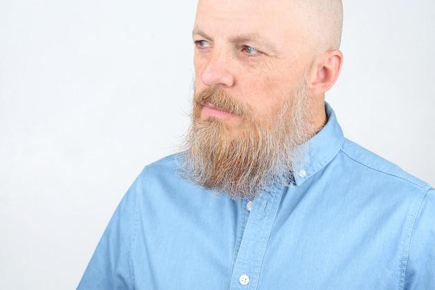 Портрет бородатого мужчины на светлой поверхности