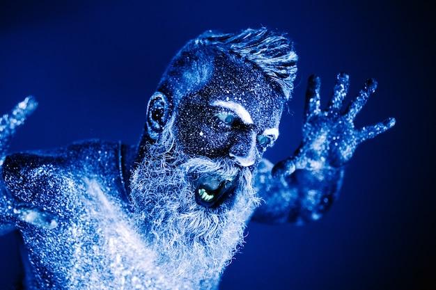 ひげを生やした男の肖像画。男は紫外線パウダーで塗装されています。