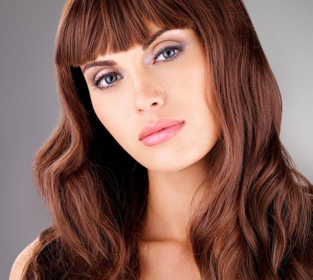 긴 갈색 머리를 가진 아름다운 성인 관능적 인 여자의 초상화