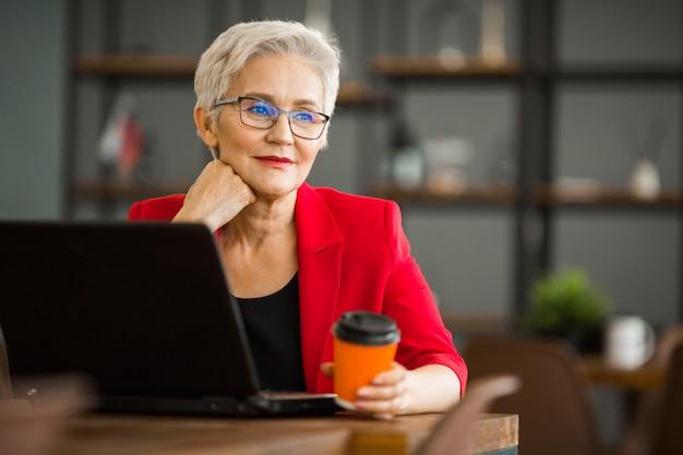 노트북 정장에 아름다운 성인 여자의 초상화
