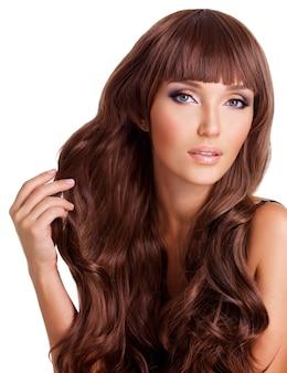 Портрет красивой взрослой женщины с длинными рыжими волосами.