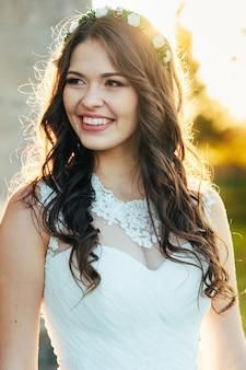 Портрет красивой и счастливой невесты в свадебном платье в день свадьбы