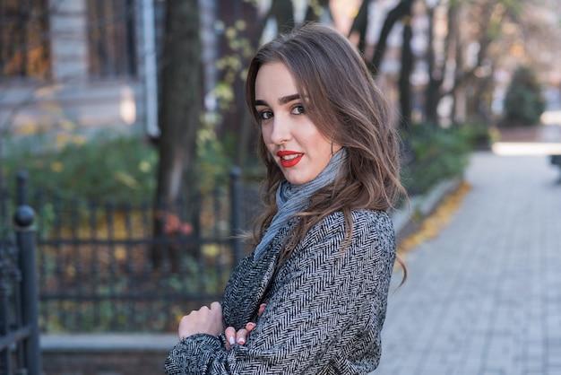 屋外で美しく幸せな女の子の肖像画。美容とファッション