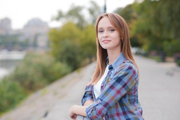 屋外で美しく幸せな女の子の肖像画
