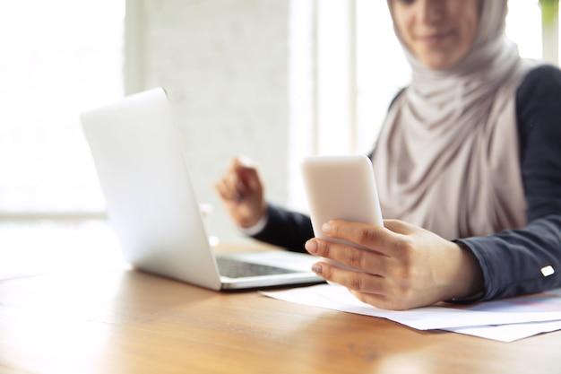 일하는 동안 히잡을 쓴 아름다운 아라비아 여성 사업가의 초상화