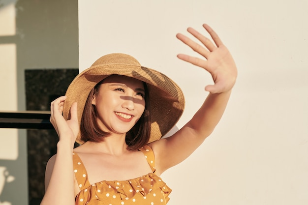 明るい太陽の光で顔を覆う美しいアジアの女の子のポートレート、幸せな夏休み