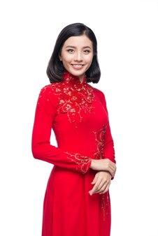 Портрет красивой азиатской женщины в традиционном фестивальном костюме ао дай. тет-праздник. лунный новый год.