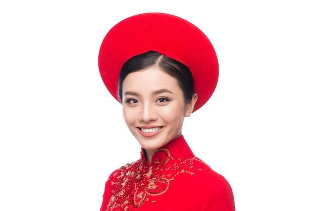전통 축제 의상인 아오자이를 입은 아름다운 아시아 여성의 초상화. 설 연휴. 구정.