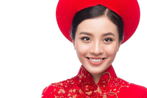 伝統的な祭りの衣装アオザイの美しいアジアの女性の肖像画。テトホリデー。旧正月。
