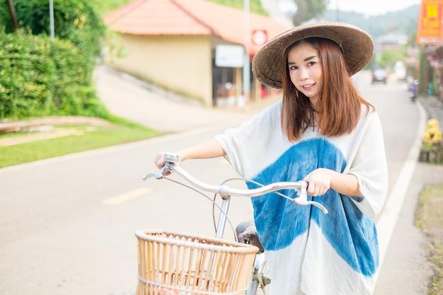 自転車で美しいアジアの女性の肖像