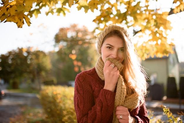 Портрет красивой осенней женщины