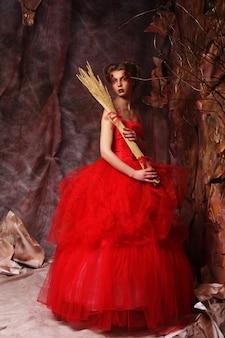 빨간 드레스에 아름 다운 금발 여자의 초상화