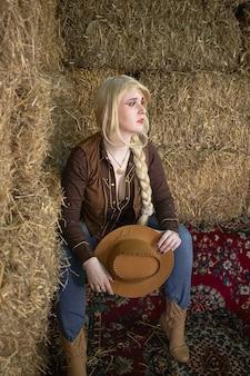 干し草のロフトで美しい金髪の騎乗位の肖像画