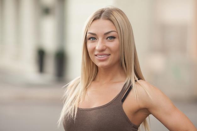 Портрет красивой блондинки на улице на улице