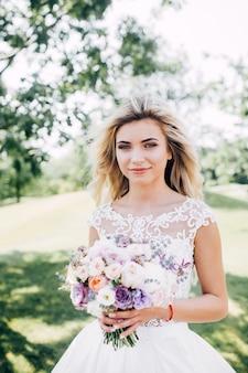 自然の中で美しい花嫁の肖像画