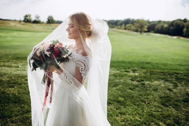 Портрет красивой невесты на природе