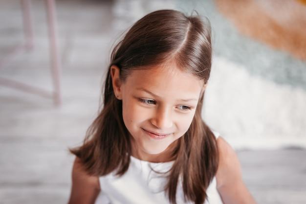 Портрет красивой задумчивой маленькой девочки с большим планом