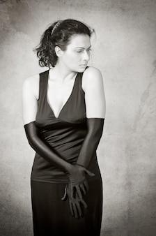 Портрет красивой брюнетки с длинными перчатками