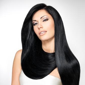 긴 직선 머리카락을 가진 아름 다운 갈색 머리 여자의 초상화