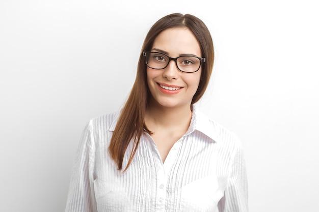 美しいビジネスの女性の肖像画。メガネで女の子の顔のクローズアップ。