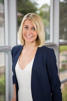 Портрет красивой деловой женщины, стоящей в конференц-центре