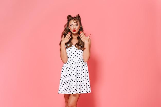 고립 된 서 드레스를 입고 아름 다운 쾌활 한 젊은 핀-업 소녀의 초상화, 포즈