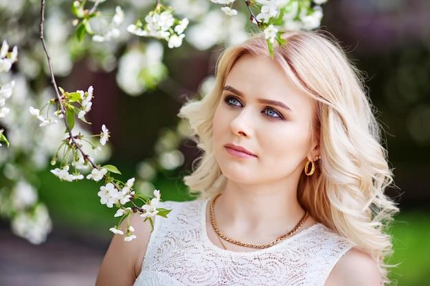 Портрет красивой милой девушки в летнем парке
