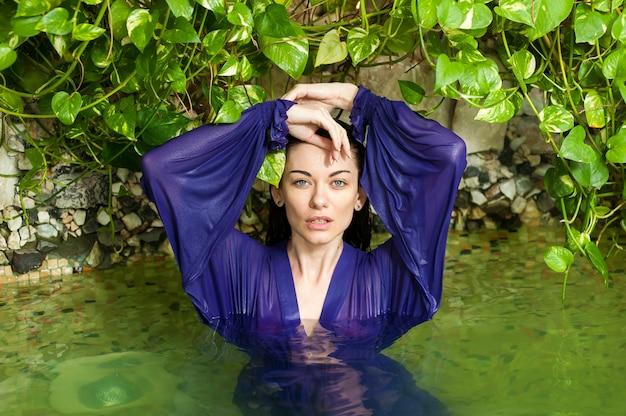 휴가에 물 속에서 아름 다운 패션 여자의 초상화