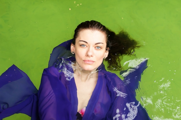 Портрет красивой модной женщины в воде на отдыхе