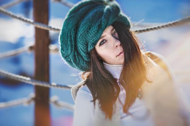 겨울 모자에 아름 다운 유행 젊은 여자의 초상화