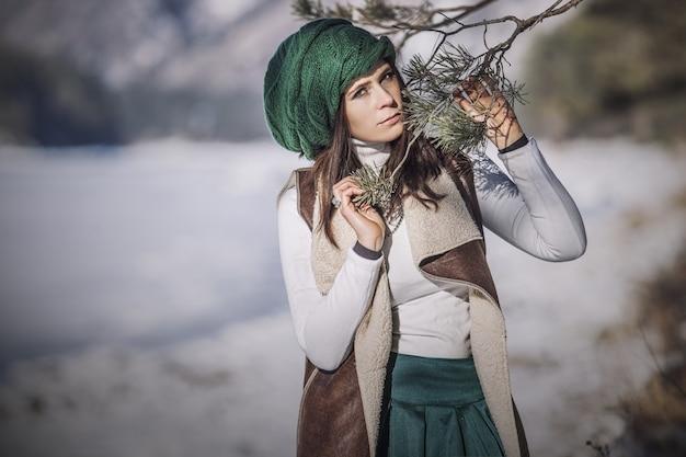 머리 장식에 나무 가지와 함께 겨울에 아름 다운 유행 젊은 여자의 초상화