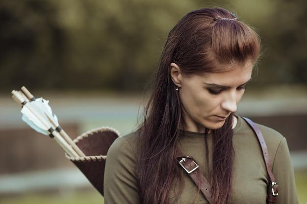 Портрет красивой женской стрелы в средневековом костюме, посмотрите вниз