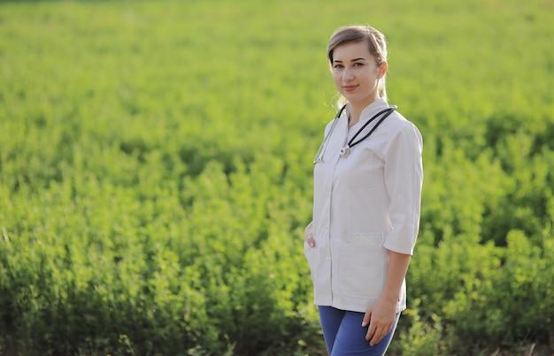 緑の草の背景に美しい女性医師や看護師の肖像画
