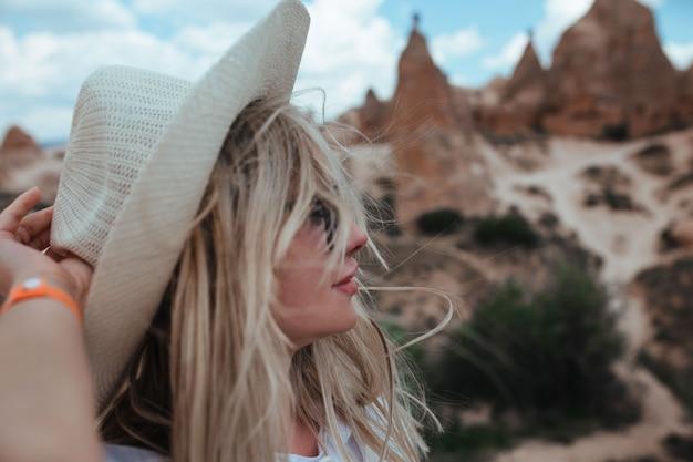 Портрет красивой девушки среди гор каппадокии
