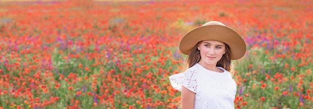 ポピー畑の帽子をかぶった美しい少女の肖像画