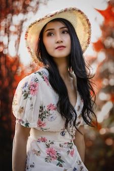 庭のレトロな写真でヴィンテージのドレスで美しい少女の肖像画。アートスタイル