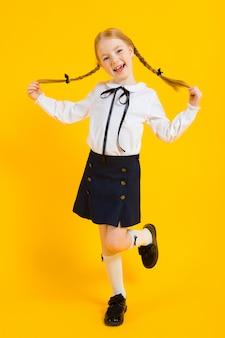 白いブラウスと黒いスカートの美しい少女の肖像画。
