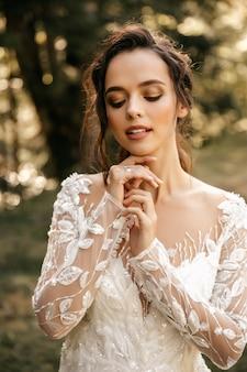白いドレスを着た美しい少女の肖像画