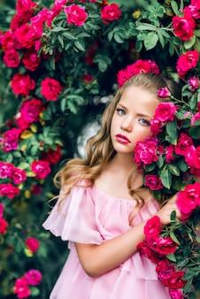 Портрет красивой девушки в розовых цветах