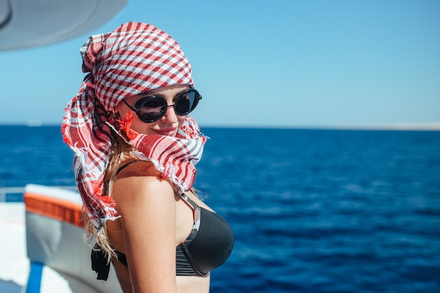 Портрет красивой девушки на яхте