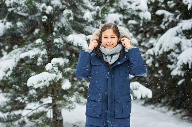 Портрет красивой девушки зимой