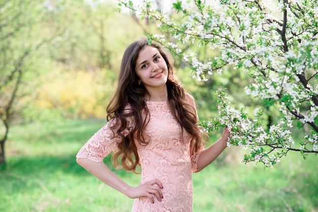 Портрет красивой девушки на открытом воздухе.